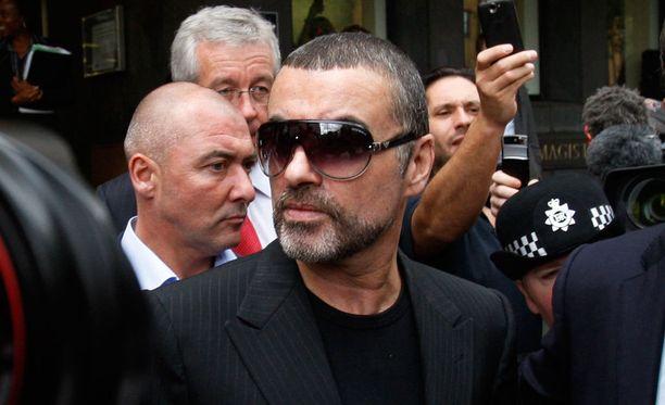 George Michael vuonna 2011 poistuessaan oikeudesta. Hän sai tuomion kahdesta huumerikoksesta, jotka liittyivät kannabiksen polttamiseen.