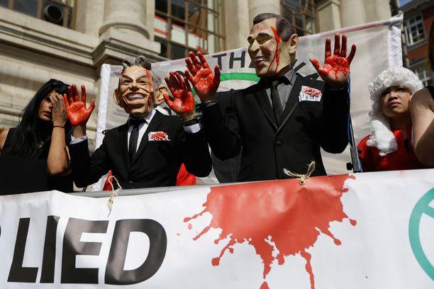 Tony Blairiksi ja George W. Bushiksi naamioituneita mielenosoittajia Lontoossa tänään.