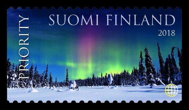 Stiina Hovin suunnittelemassa postimerkissä revontulet ovat pääosassa. Tämä äänestettiin toiseksi kauneimmaksi postimerkiksi.
