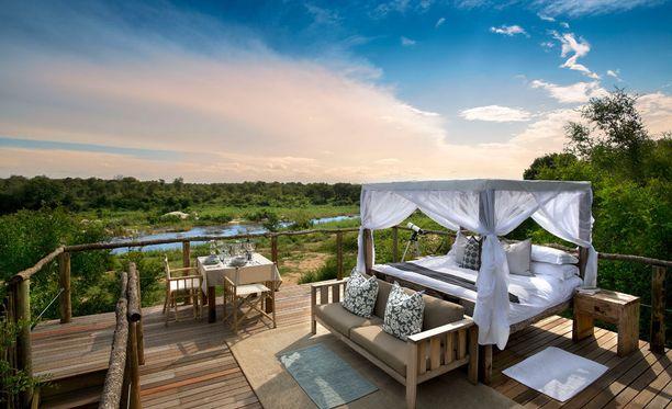 Lion Sands Game Reserven upea puuhun rakennettu hotellihuone.