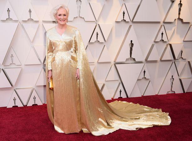 Glenn Close näytti aivan hyvältä haltiakummilta kultaisessa iltapuvussaan. Close sai parhaan naispääosan Oscar-ehdokkuuden elokuvasta The Wife.