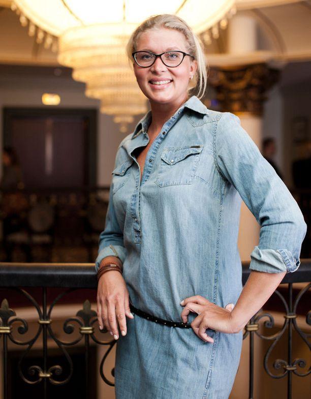 Tähdet, tähdet -sarjan ensimmäisellä tuotantokaudella nähty sopraano Laura Pyrrö katsasti ACO-kosmetiikkabrändin uutuustuotteet hotelli Kämpin samppanjatilaisuudessa.