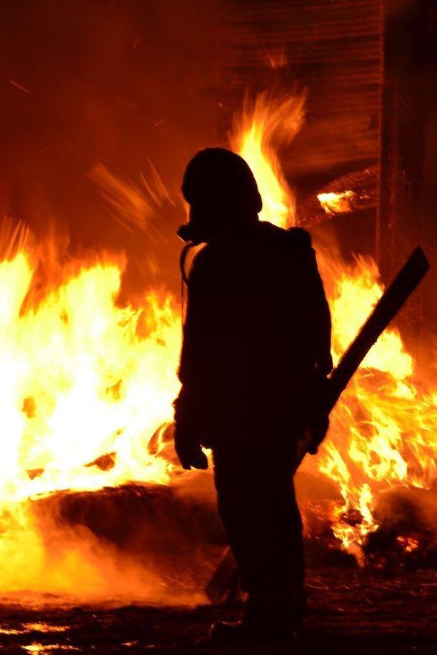 Kauhavan tulipalossa oli todellisen suuronnettomuuden ainekset. Kuvituskuva sammutustöistä.