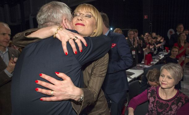 Tytti Tuppurainen onnitteli Antti Rinnettä halauksella.