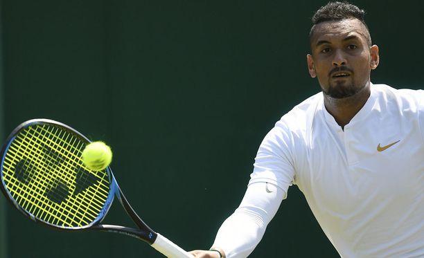 Nick Kyrgios avasi Wimbledoninsa voitokkaasti.