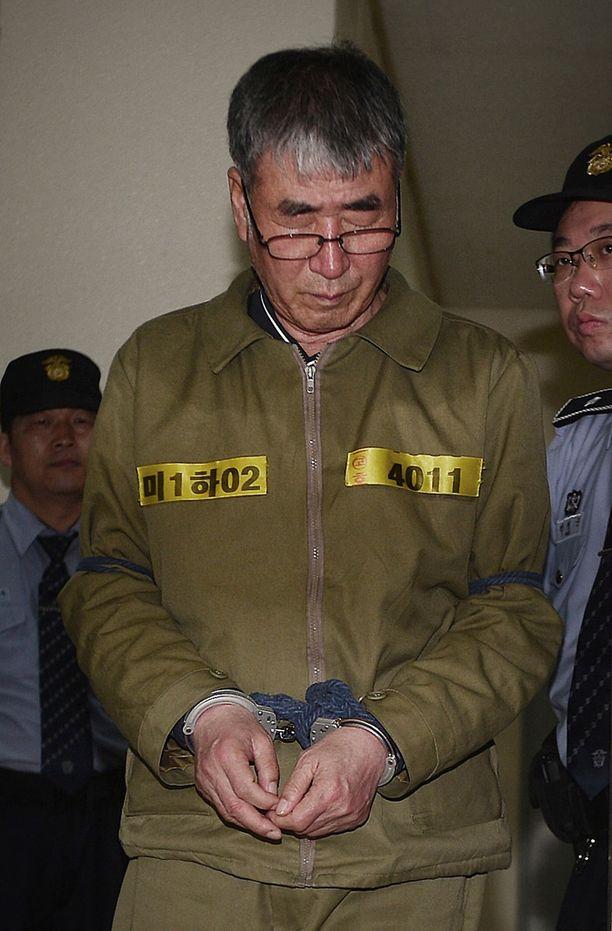 """Laivan kapteeni oikeudessa tänään. Hän myönsi aiemmin syyllistyneensä rikokseen, josta hän """"ansaitsisi kuoleman""""."""