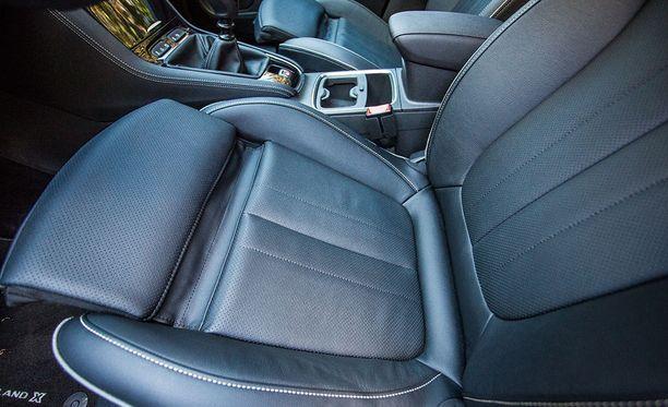 Erinomaiset AGR-istuimet sopivat myös pidemmälle kuljettajalle.
