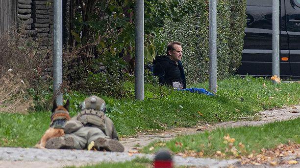 """Poliisi piiritti """"pommivyötä"""" kantaneen Madsenin pian tämän paettua tanskalaisvankilasta."""