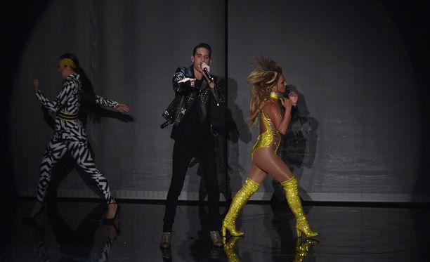 Britney esitti MTV-gaalassa kappaleensa Make Me ja Me, Myself & I.
