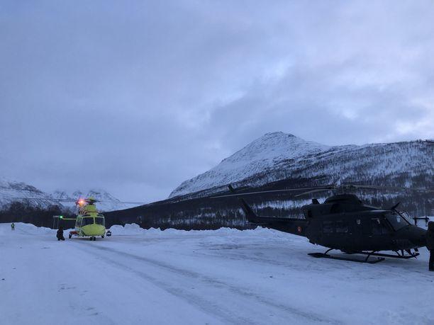 Norjalaisia helikoptereita, joita käytettiin kadonneiden etsinnässä.