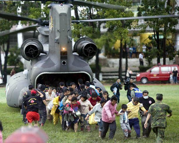 Pelastustyöntekijät kuljettivat maanvyörystä selvinneitä turvaan helikoptereilla.