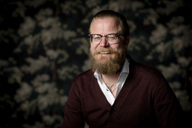 Wallu Valpio omistaa Turkissa loma-asunnon, jonka lisäksi hänellä on Fiskarsissa mökki. Mediapersoona asuu Töölössä vuokralla.