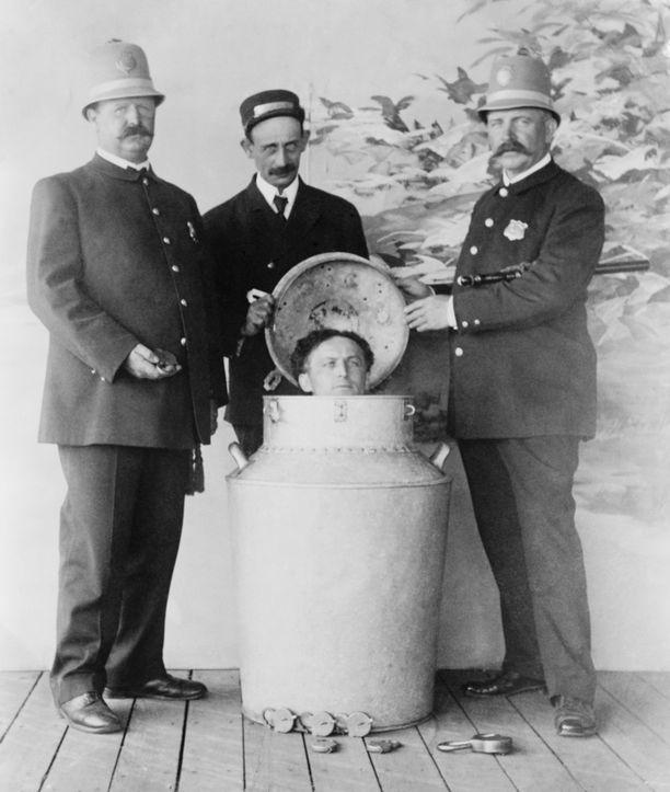 Harry Houdini yhdisti kahletemppuihinsa myös hengityksensä pidättelemistä vedessä.