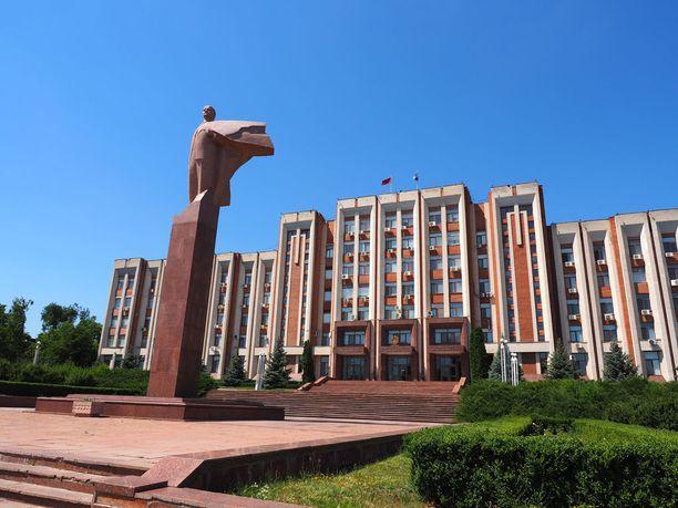 Hallintorakennus Transnistriassa. Maalla on oma lippukin, vaikkei kukaan ole tunnustanut sen itsenäisyyttä.