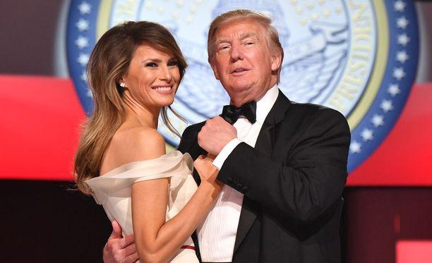 Presidentti Trump tviittasi Melania-vaimonsa päässeen pois sairaalasta. Kuvassa aviopari tanssilattialla virkaanastujaisjuhlissa 20.1.2017.