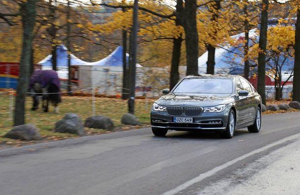 BMW 7-sarjalainen on pukeutunut hillitysti mutta tyylikkäästi. Tässä autossa on luksusta lisäävä koripaketti.