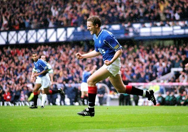 Jonatan Johansson on vienyt Rangersin 1–0-johtoon Celticiä vastaan 1999.