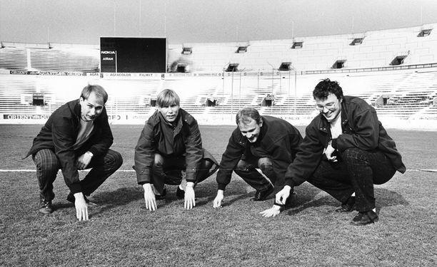 Esa Pekonen, Jarmo Kaivonurmi, Keijo Kousa ja Ismo Korhonen Olympiastadionin nurmella.