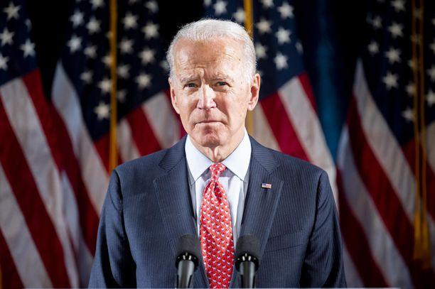 Joe Biden aikoo pyrkiä presidentiksi naisaisaparin kanssa.