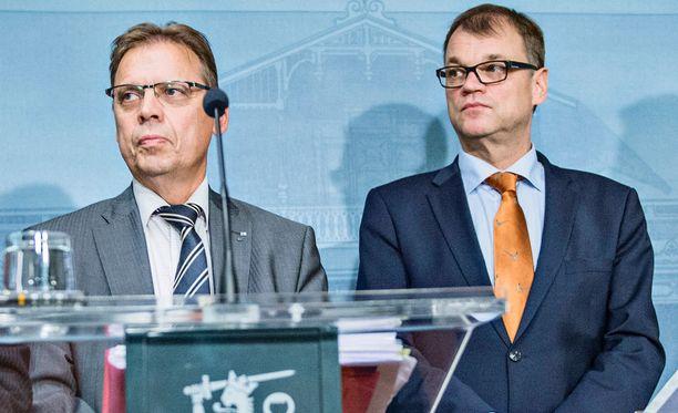SAK:n puheenjohtaja Lauri Lyly ja pääministeri Juha Sipilä (kesk).