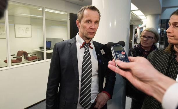 Mika Niikko pitää keskustalaisten toimintaa ennenkuulumattomana ja hämmentävänä.