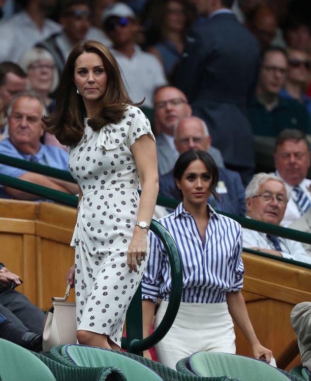 Kate liikkuu usein julkisuudessa hiukset auki, olalle aseteltuina.