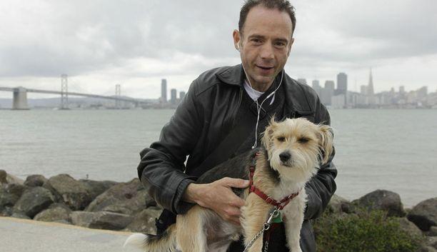 Timothy poseerasi koiransa Jackin kanssa nykyisessä kotikaupungissaan San Franciscossa toimittajoukolle.