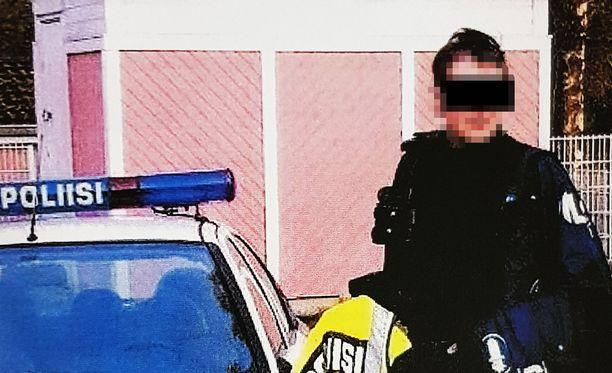Yrittäjä oli ladannut itsestään kuvia poliisina treffisivustoille.