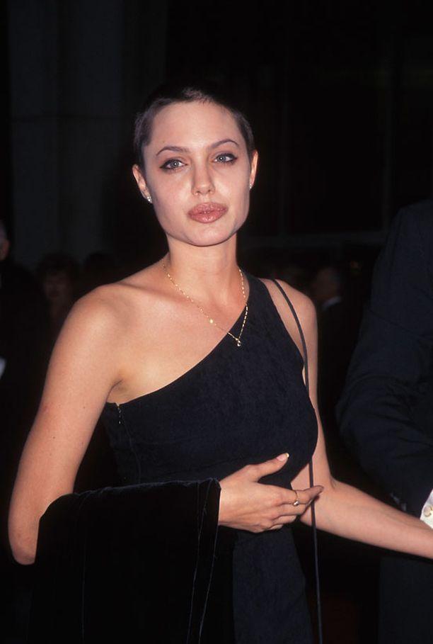 Uransa alkuvaiheessa Jolie tunnettiin Hollywoodin villikkona. Kuva vuodelta 1997.