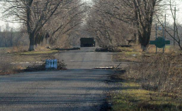Novoazovskin kaupungin lähettyvillä kulki tunnuksettomia, armeijanvihreitä rekkoja, joiden lavoilla oli raketteja.