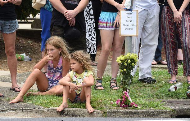 Paikalliset lapset seurasivat surmattujen lasten hautajaisia kadulla Cairnsin Manoorassa tammikuussa 2015.