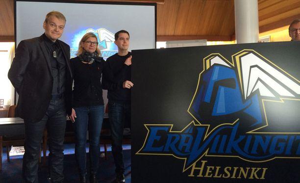 Fuusioseuran logo paljastettiin torstaina. Kuvassa Kurt Westerlund (vas.), hallintojohtaja Kaisa Tamminen ja toiminnanjohtaja Jari Oksanen.