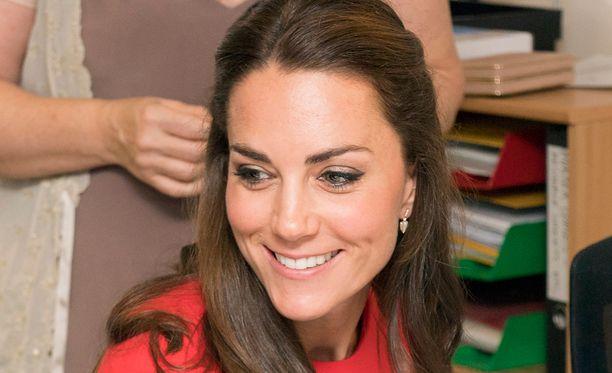 Herttuatar Catherine varasti shown punaisella mekollaan.
