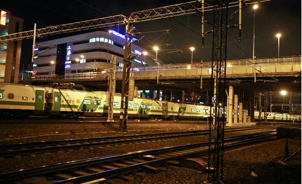 Iltapäivällä tapahtunut sähkökatko viivästyttää junia edelleen.