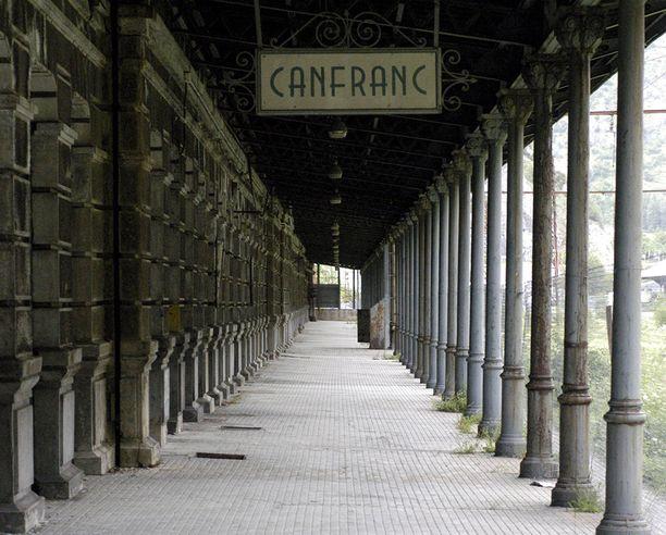 Aseman ja siltä lähtevän Somportin tunnelin kautta kulki toisen maailmansodan aikana liittoutuneiden sotilaita Espanjaan.