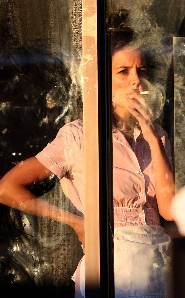Näyttelijä Katie Holmes kuvattiin sauhuttelemassa rooliasussaan.
