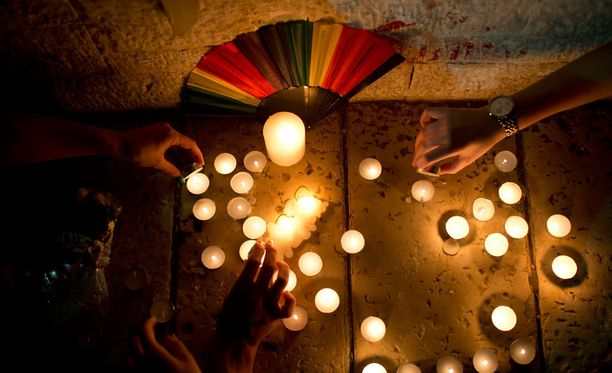 Christopher Leinosen ystävien Facebookissa julkaistujen päivitysten mukaan Leinosen poikaystävä Juan Ramon Guerrero kuoli iskussa.