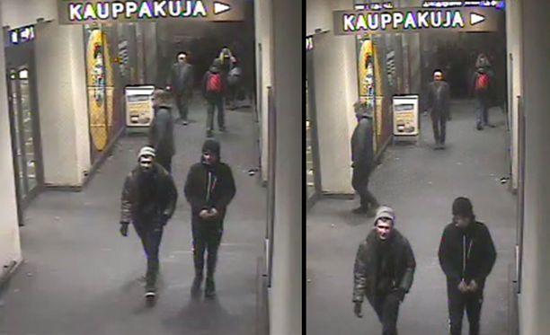 Poliisi epäilee kuvassa näkyviä nuoria miehiä tuhotyöstä.