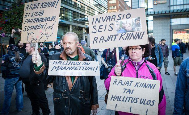 Helsingissä järjestettiin viime sunnuntaina rajat kiinni! -mielenosoitus. Samana päivänä järjestettiin myös rasisminvastaisia mielenosoituksia.