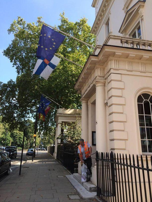 Suomen Lontoon suurlähetystö sijaitsee lähellä Buckinghamin palatsia, missä kuningasperhe asuu.