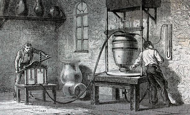 Lautaset valmistaa Manufacture de Sèvres, joka on perustettu vuonna 1745.