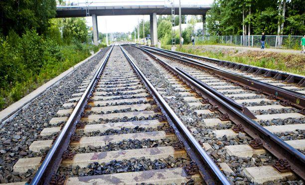 Heinäkuun helteet ovat vairioittaneet junaraiteita. Kuvituskuva.