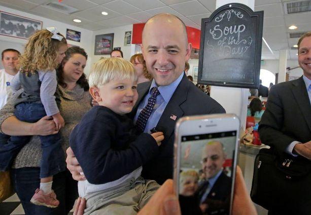 Utahissa ehdolla oleva Evan McMullin tapasi äänestäjiä maanantaina. McMullinilla on mahdollisuus viedä osavaltion äänet, mutta Trumpilla on kohtalainen johto.