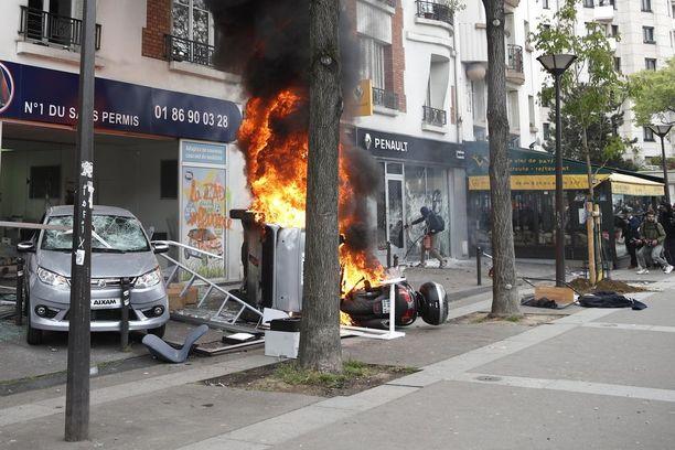 Mielenosoittajat iskivät Renault'n liikkeeseen.