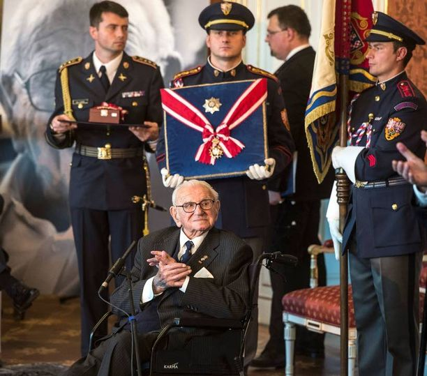 Ritarin arvonimen Britanniassa saaneelle Wintonille, 105, myönnettiin toissa viikolla Prahan linnassa Tshekin korkein mahdollinen ansiomerkki.