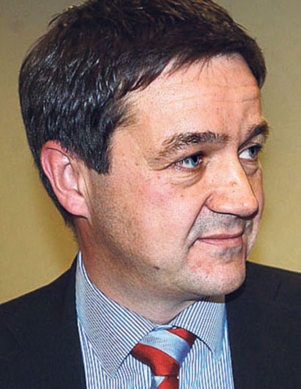 Ylen uutisten poliittisen toimituksen päällikkö Olli Ainola luopui tehtävästään jouduttuaan Marja Tiuran puolisona vaalirahakuohuihin.