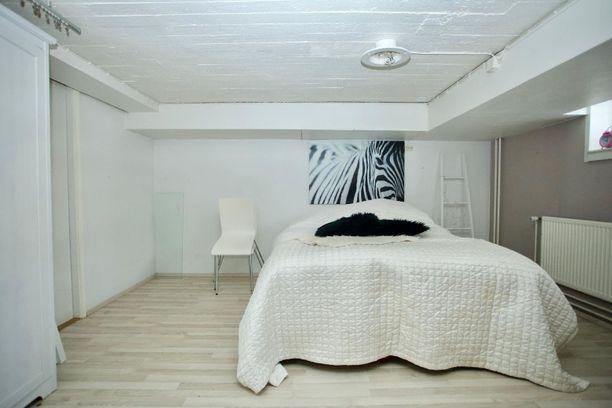 Kellarikerrokseen saa kätevän makuusopin, jolloin yläkerta toimii oleskelutilana.