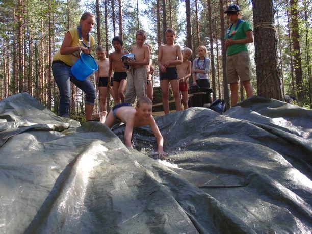 NYT! Tapiolan Eräpojat -lippukunnan pojat pääsivät kokeilemaan saippuavedellä liukastettua vesiliukumäkeä.