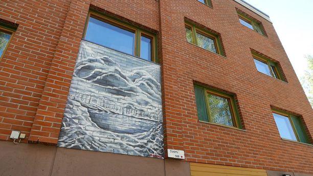 Kake Randelinin kaksi purettavan kerrostalon julkisivuun tekemää maalausta. Muisto lapsuuden pilkkiretkeltä sekä kiinnekohta Animalsin Nousevan auringon taloon.