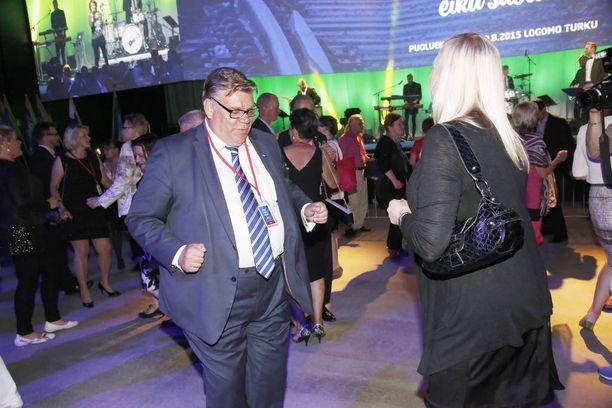 """Timo Soini ja Paavo Arhinmäki ovat ottaneet useasti yhteen. Soini on kutsunut Arhinmäkeä mm. """"paukapääksi"""". Tiistaina oli Arhinmäen vuoro piikittää Soinia. Kuva perussuomalaisten puoluekokouksesta, jossa Soini puhui punavihreästä suvaitsevaistosta."""